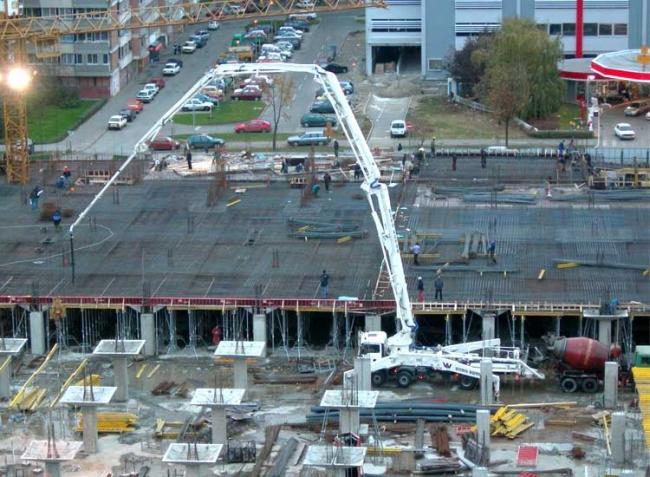работа бетононасоса на монолитном строительстве