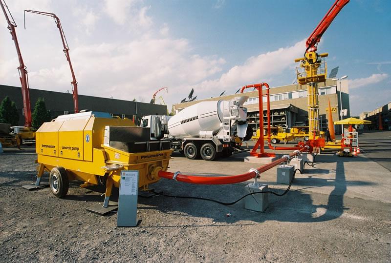 стационарный бетононасос в работе (монолитное строительство)