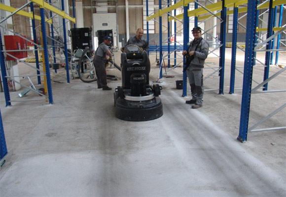 процесс восстановления топпингового покрытия пола методом шлифования