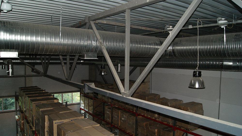 Система воздуховодов внутри складского помещения