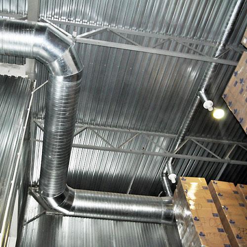 Магистральные воздуховоды  заходят в помещение на высоте 11 м.